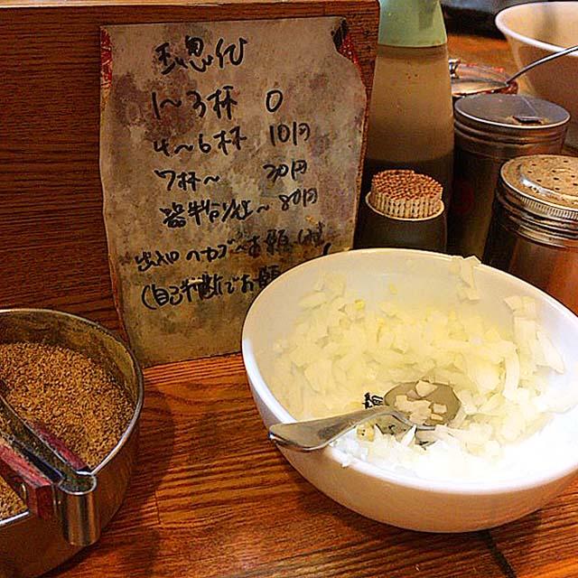 薬味の刻みタマネギは使用量に応じて料金が発生@赤羽「麺 高はし」