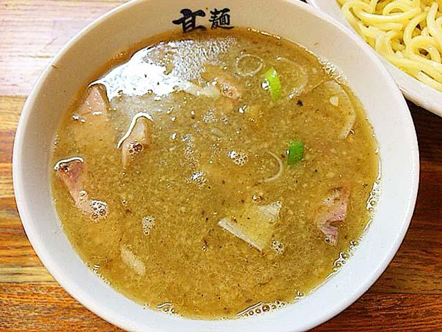 鶏ガラ・鶏足・豚足・煮干し・サバ節など。動物系&魚介系食材を贅沢に使用した温かいつけ汁@赤羽「麺 高はし」