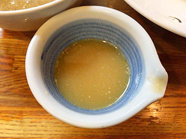 食べ終える直前を見計らって提供される割りスープ@赤羽「麺 高はし」