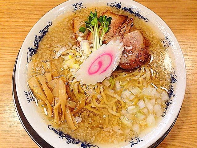 東京・十条の人気ラーメン店「流。(ル)」のアブラ煮干そば