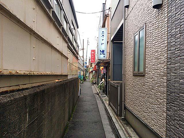 JR埼京線・十条駅ホーム真裏の小道