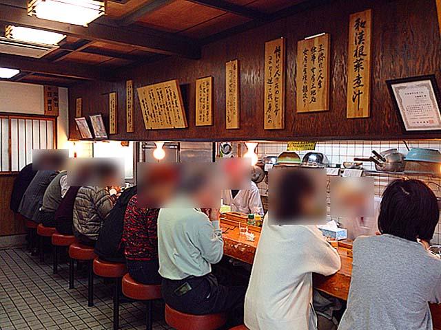 厨房と相対するように奥へとまっすぐなカウンター10席@名古屋「好来道場」