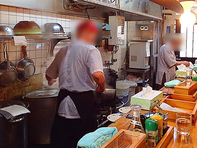 高齢の男性2名が調理、配膳や洗い物などは女性スタッフが担当@名古屋「好来道場」