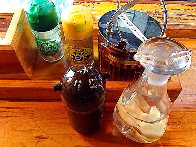 卓上調味料は、胡椒・ラー油・ラーメンダレ・ガーリックパウダー・高麗人参酢を常備@名古屋「好来道場」