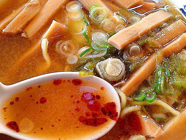 自家製ラー油をスープに溶かして辛味をプラス@名古屋「好来道場」