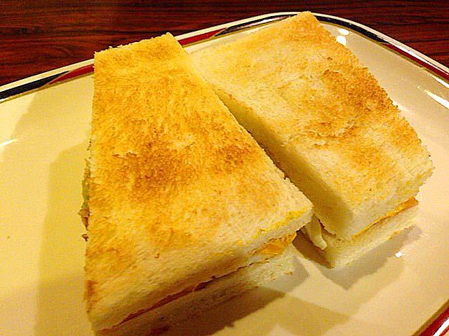 こんがりとした表面が香ばしいハムエッグトースト@名古屋「コンパル 大須本店」