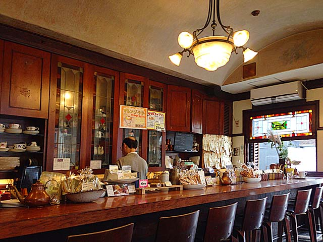 ボックス席とカウンター、全席喫煙可能な18の席@名古屋「KAKO 花車本店」