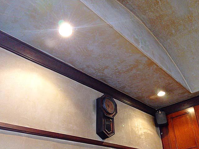 間接照明と振り子時計@名古屋「KAKO 花車本店」