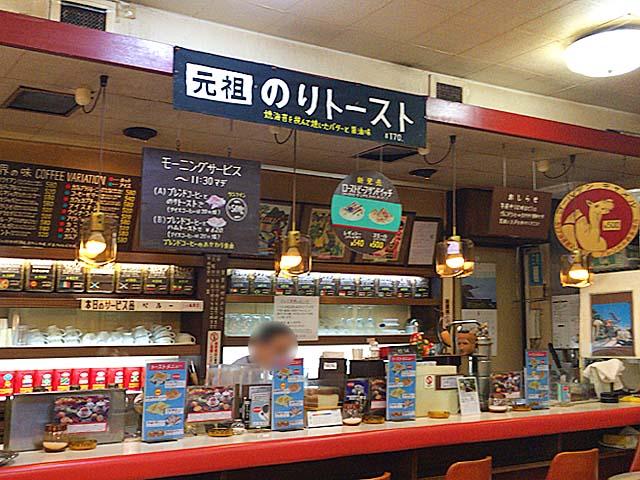 1杯1杯丁寧にコーヒーを淹れたり名物トーストなどをこしらえたりする兄の清水英勝さん@神田「珈琲専門店 エース」