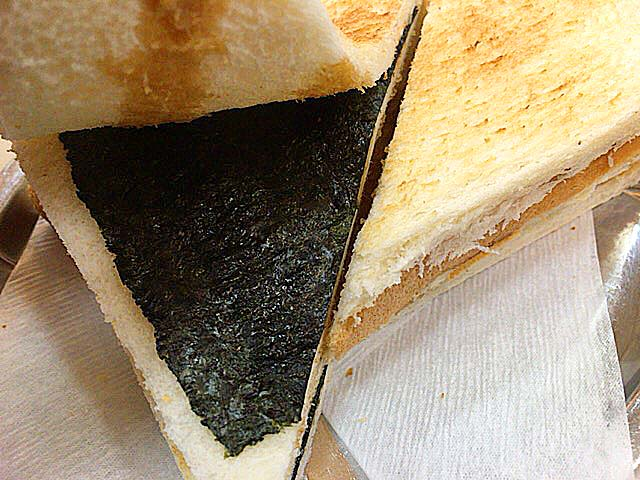 醤油かけた食パンに海苔挟んで焼いて仕上げにバター塗っただけとシンプル、なのに美味しい@神田「珈琲専門店 エース」