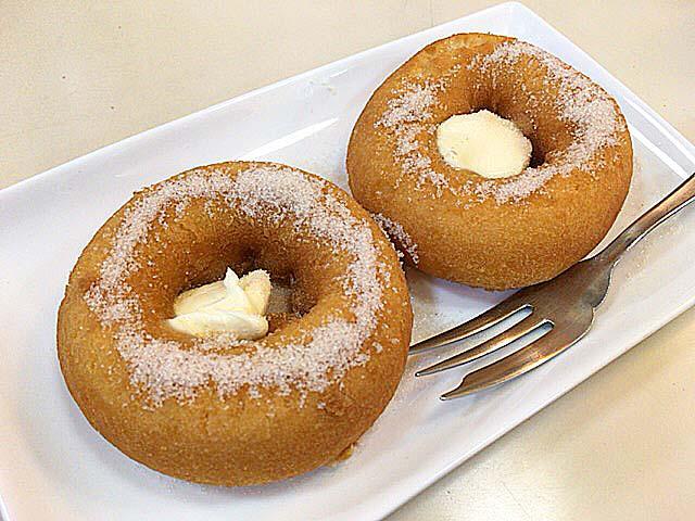 中心のバターを溶かしながら食べるアメリカンドーナッツ@神田「珈琲専門店 エース」