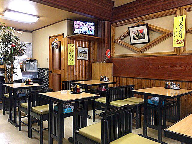 2名掛け&4名掛けテーブル全30席の店内は全面喫煙可@浅草の老舗甘味処「山口家本店」