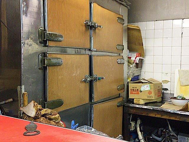 年代物の冷蔵庫@銀座で50年以上の老舗「中華三原」