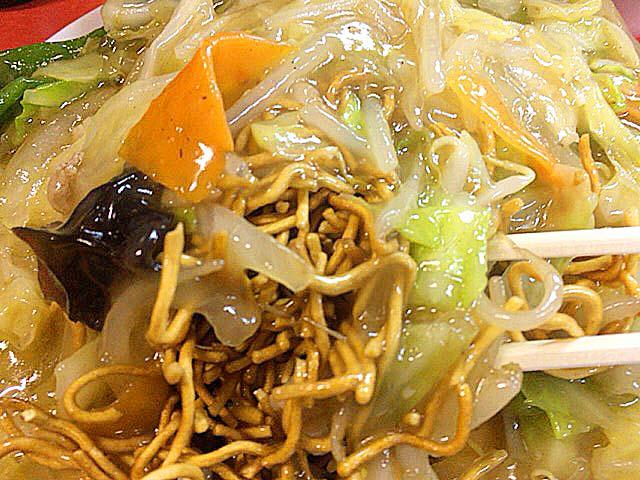 揚げた細麺がこれまたたっぷりと@銀座の老舗「中華三原」の揚焼そば