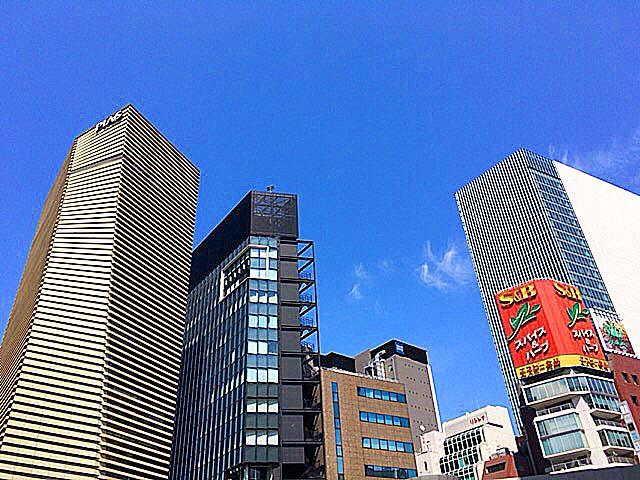 銀座「中華三原」のある路地道から広い通りに出る時に見上げる空