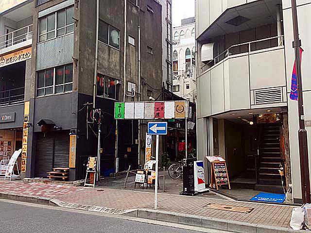 銀座の老舗「中華三原」などがある路地への入口