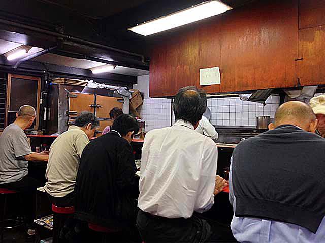 年配男性を中心とした客層、銀座の老舗「中華三原」