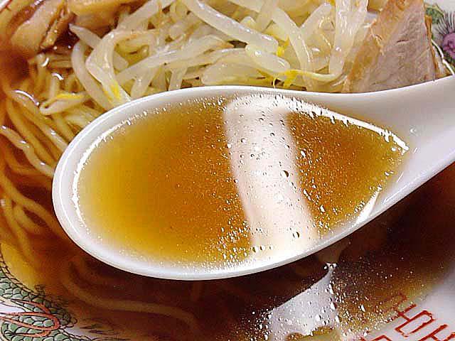 蛍光灯をキレイに映し出すほどに澄み切った飴色のスープ@銀座「中華三原」