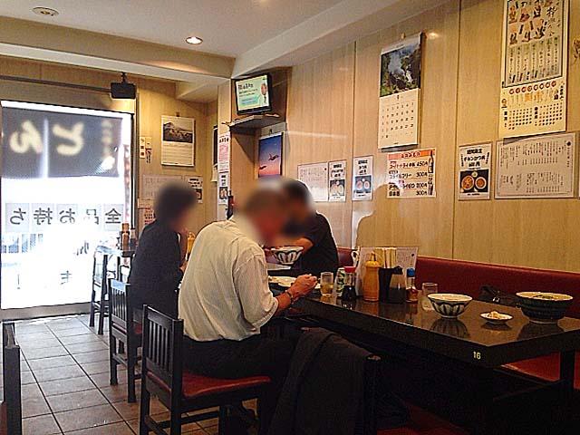 カウンターとテーブル間にも充分なスペースが設けられた東十条「みのや」