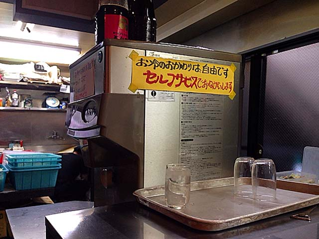お冷のおかわりは冷水機でのセルフサービス@東十条「みのや」