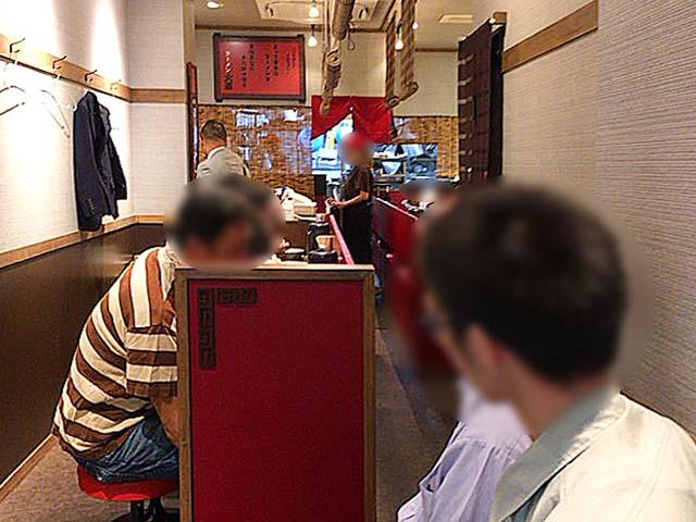 券売機真向かいに待合席を用意@御茶ノ水(湯島)「ラーメン大至」