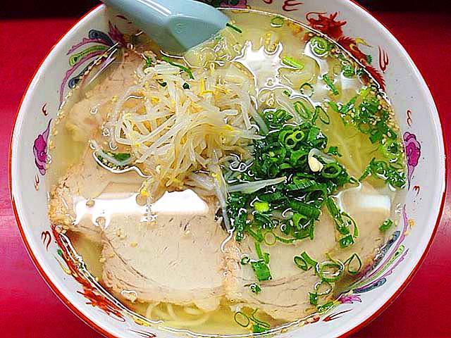 大阪千日前で半世紀続く人気の老舗ラーメン店「小洞天」の叉焼ワンタン麺