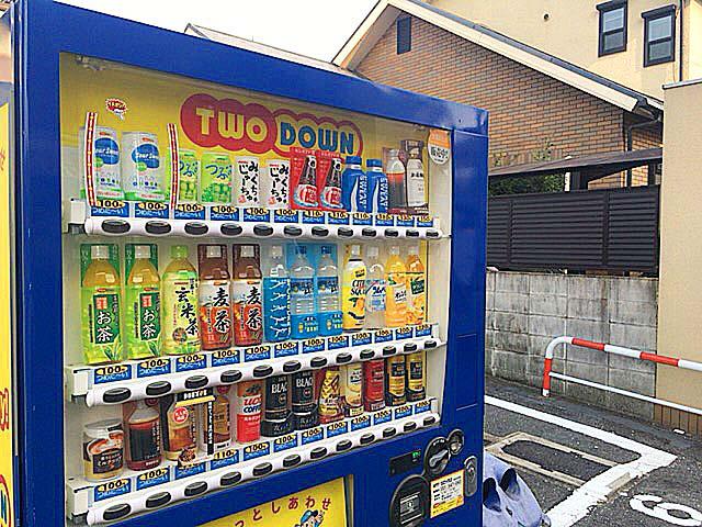 大阪府平野の老舗屋台「串かつ・どて焼 武田」から通り挟んで斜め向かいに設置された自販機