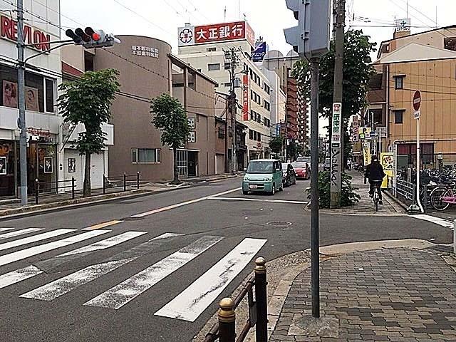 JR阪和線・美章園駅前の通りを西に