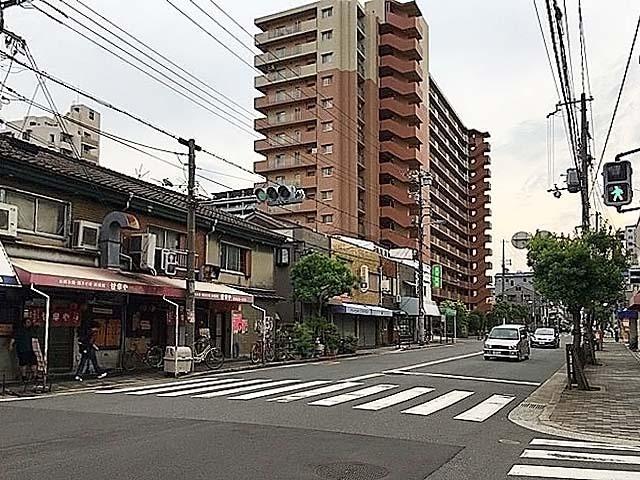 JR阪和線・美章園駅前の通りを西に100mほど進んだところの交差点