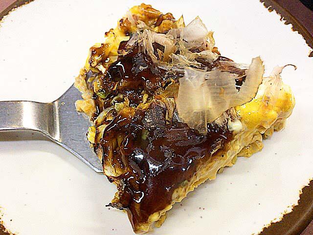 大阪府美章園で60年続く老舗「甘辛や」の豚玉お好み焼き