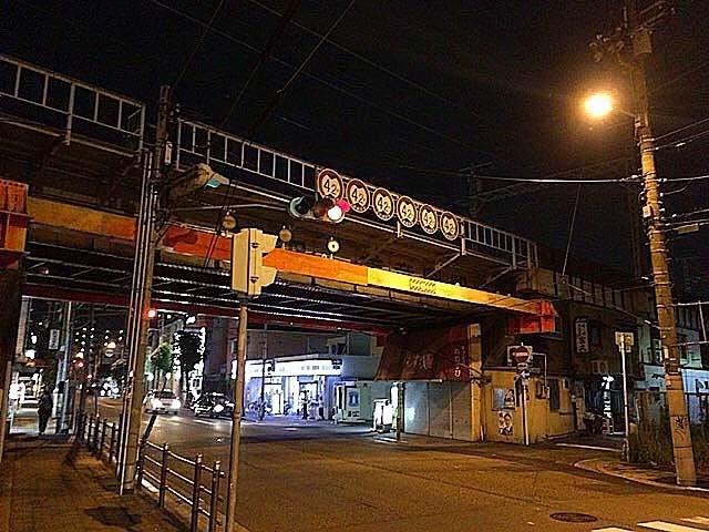 夜のJR美章園駅付近、阪和線ガード下