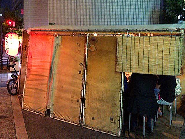 常連客で賑わいを見せる大阪・中津の老舗たこ焼き屋台「さんちゃん屋」
