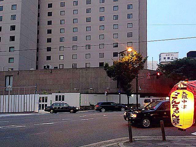 ラマダホテル大阪往年の佇まいとたこ焼き屋台「さんちゃん屋」の赤ちょうちん