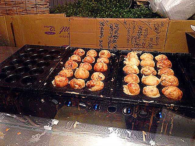 鉄板を自由自在に使い分け、器用に作り上げる技術@大阪・中津の老舗たこ焼き屋台「さんちゃん屋」