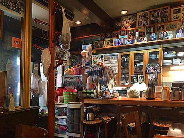 写真やポスターを張り巡らせたレトロチックな店内@大阪府中崎町「喫茶Y」