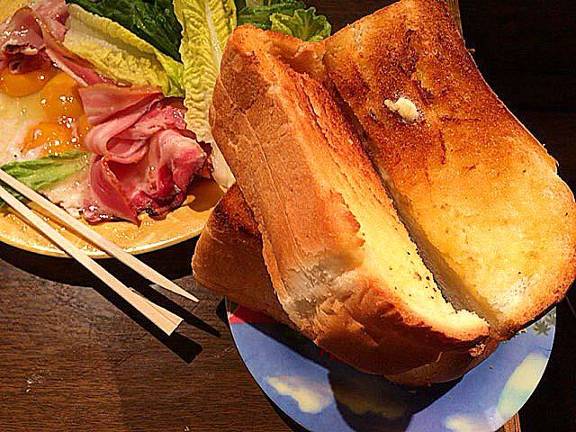 大阪府中崎町で人気の老舗「喫茶Y」のベーコンエッグモーニング
