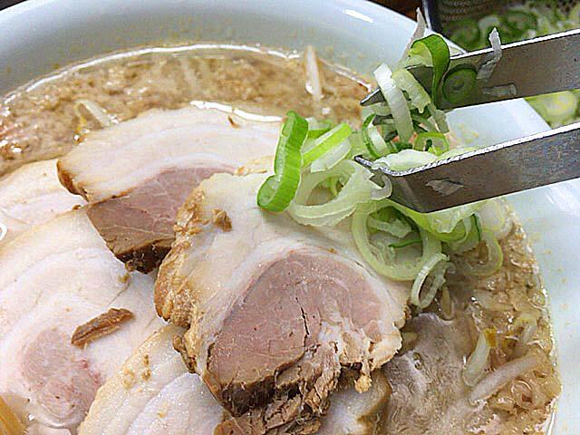 ネギは食べ切れる量だけ投入@東京・千駄ヶ谷の老舗ラーメン店「ホープ軒」