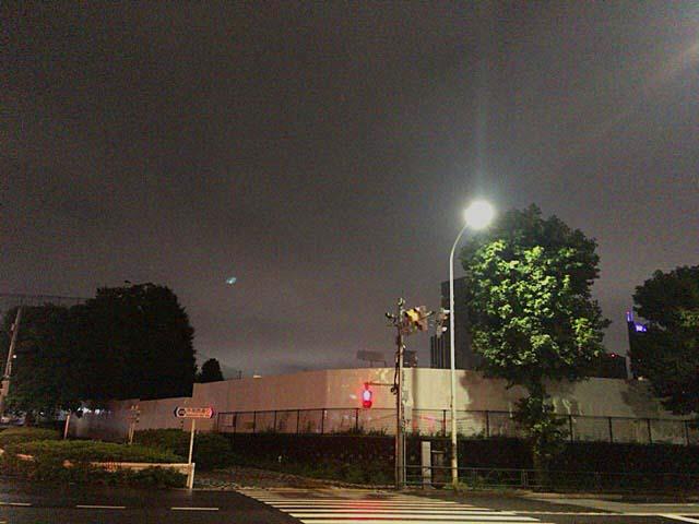 真ん中奥にうっすら見える神宮球場の照明@東京・仙寿院交差点