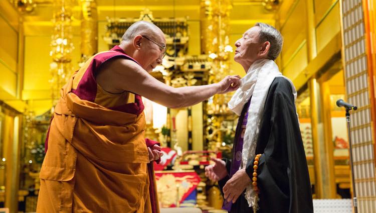 カターを贈るダライラマ法王