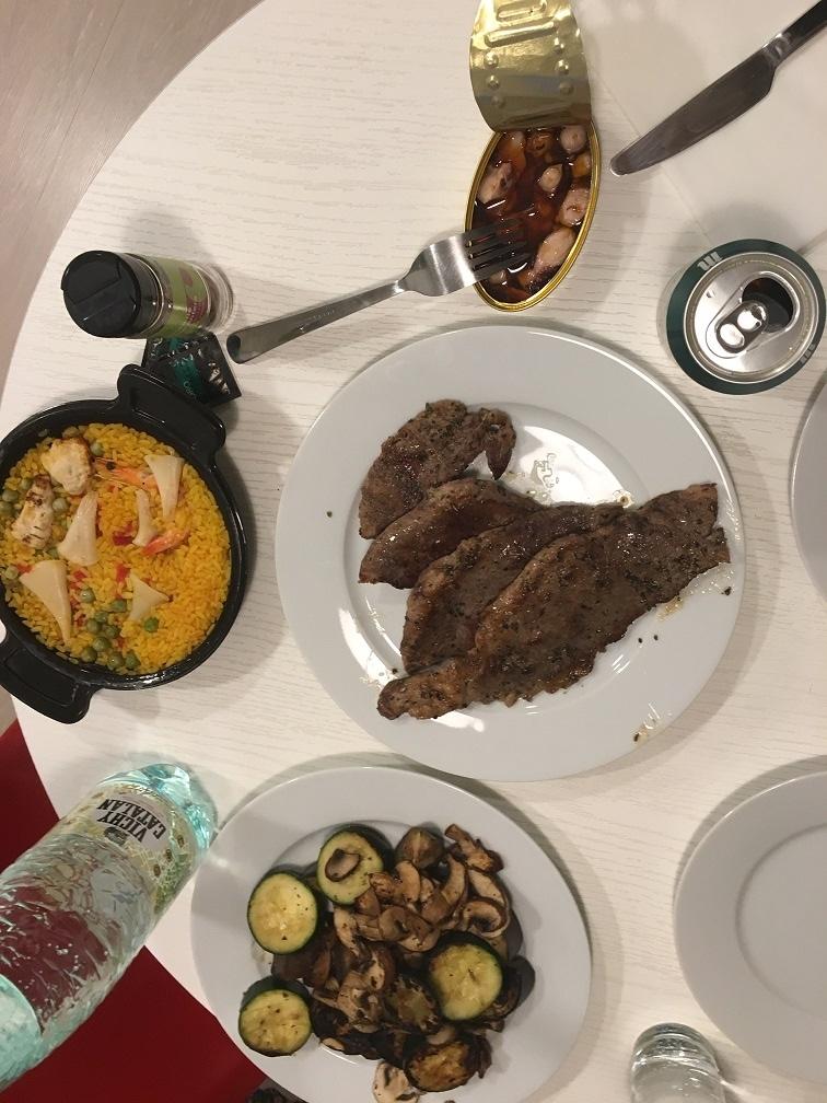 マドリードで宿泊したアパートメントホテルでの夕食