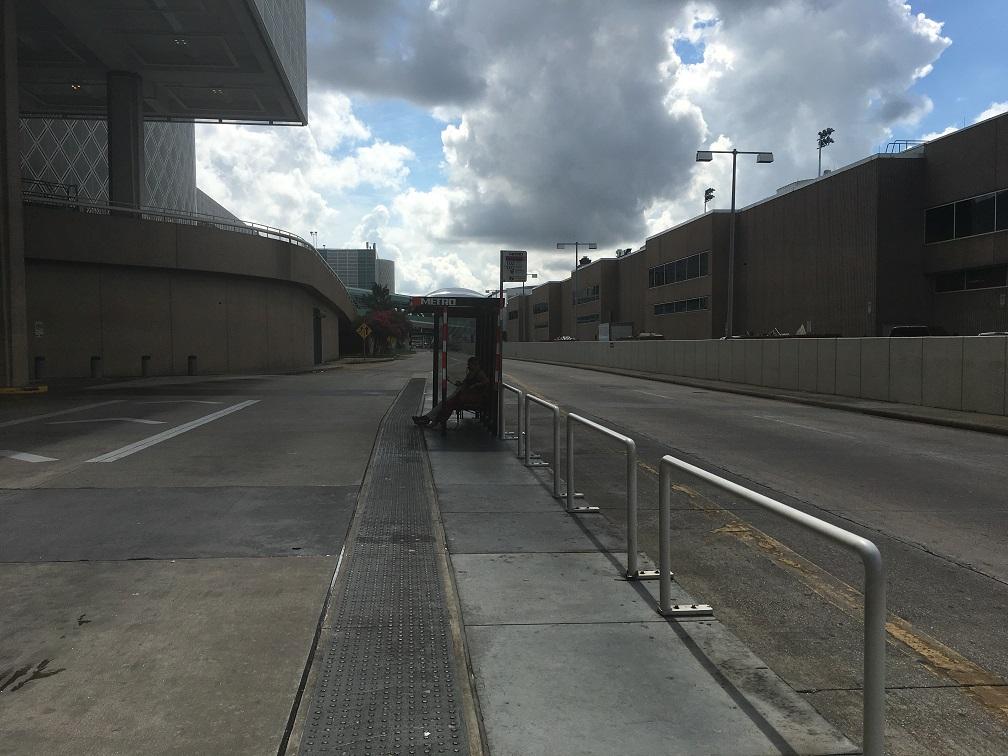 ヒューストン空港からダウンタウンへのバス亭
