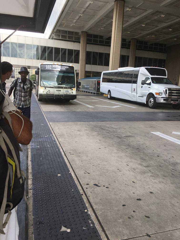 ヒューストン空港からダウンタウンへの102のバス