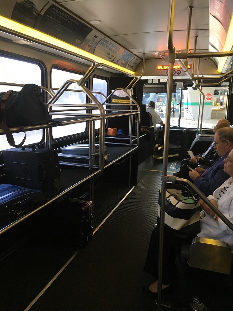 シカゴオヘア空港そばのHertzレンタカーへのアクセス シャトルバス内
