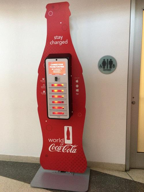 ワールドオブコカコーラ内 スマホ充電器