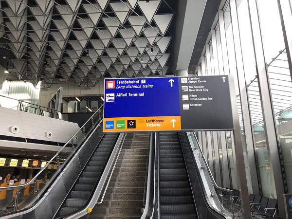 長距離列車連絡通路へのエスカレーター