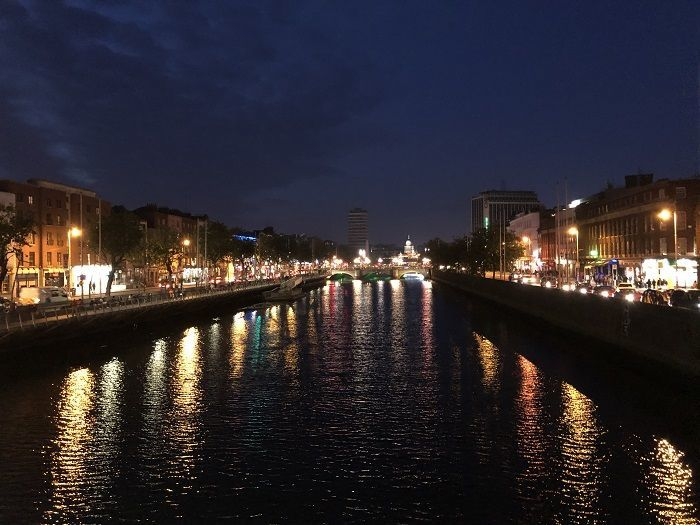ダブリンの川沿いの夜景