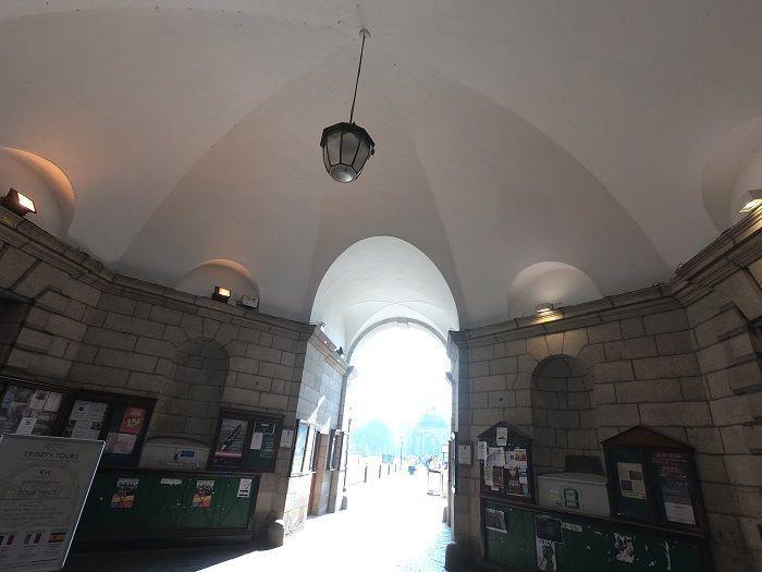 トリニティカレッジ正門 建物内部