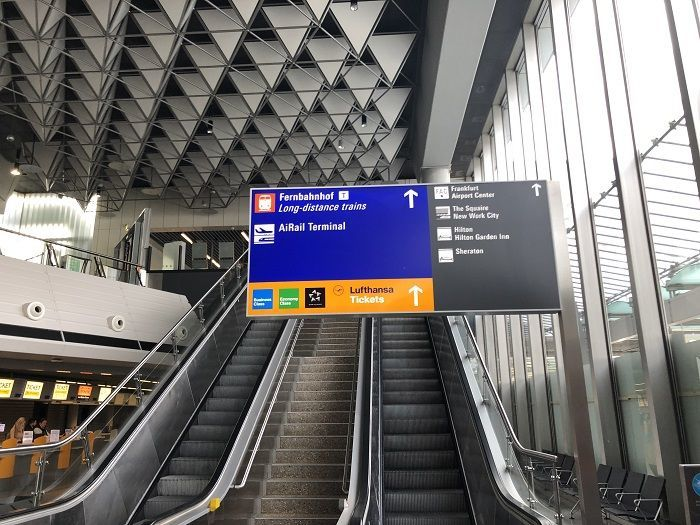 フランクフルト空港から長距離列車ホームへのエスカレーター