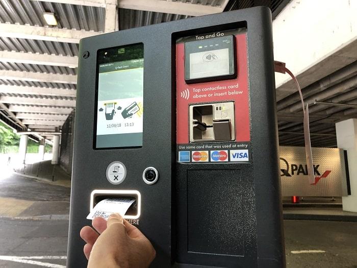 イギリス駐車場 出口ゲート チケットイン