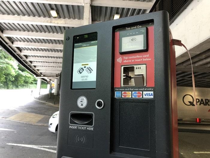 イギリス駐車場 出口ゲート 料金表示